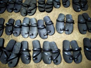 1271588103-shoes-from-old-car-tyres_304402